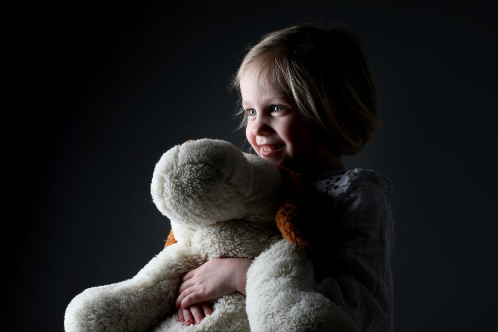 Kind mit Teddybär Kuscheltier Studiofotografie