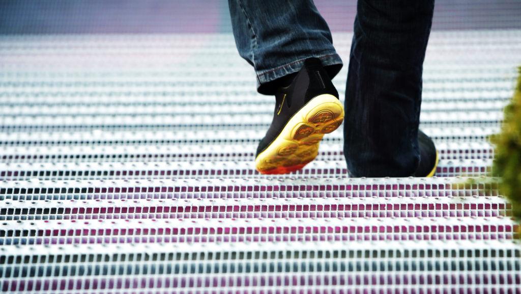 bunte Treppe mit Mann und Turnschuhen Fotoatelier Herff Impressionen