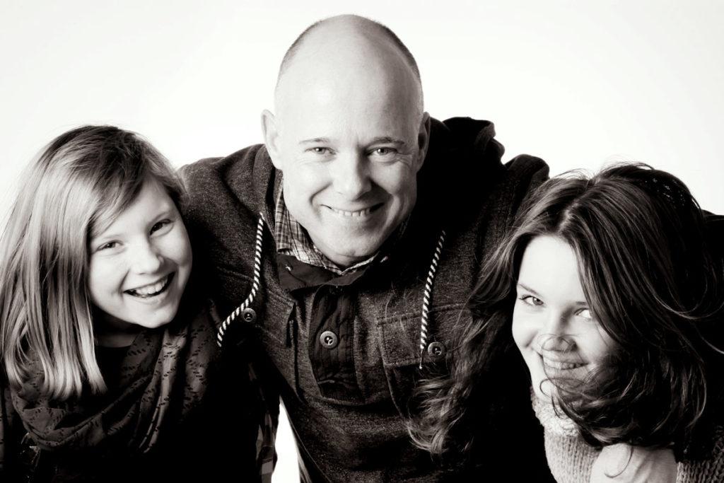 Vater und Töchter schwarz weiss Portrait Familie
