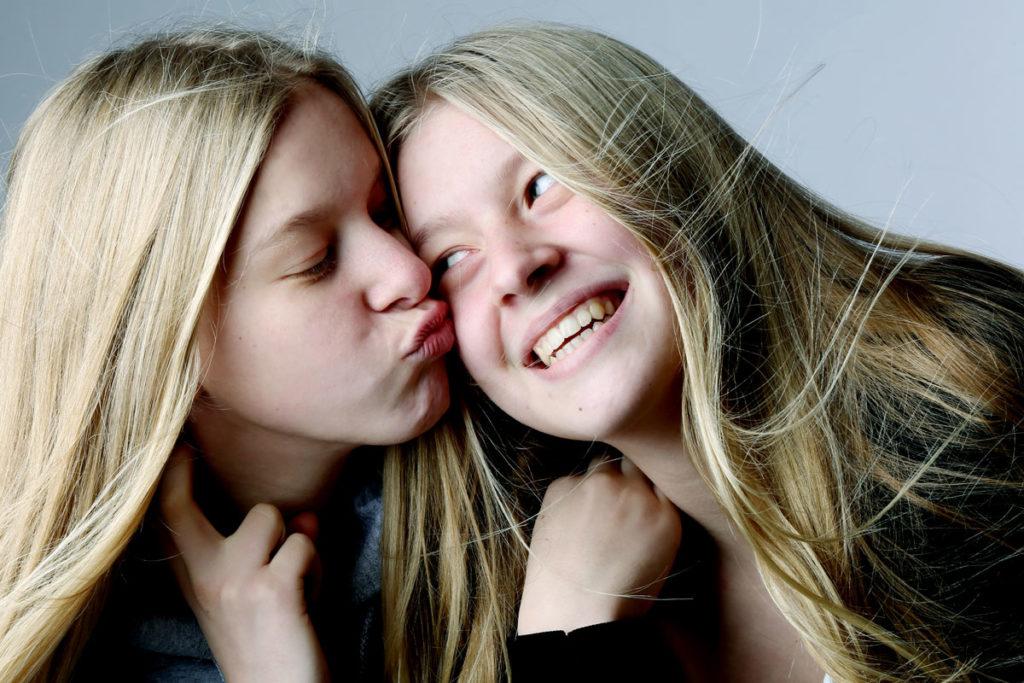 Blonde Mädchen Zwillinge Fun spaß Portraitfotografie